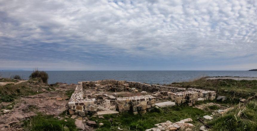 Das mittelalterliche Kloster der Heiligen Apostel am Kap Skamni